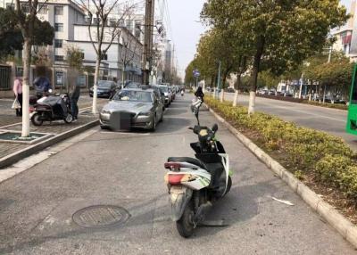 """揚中又見""""開門殺""""!過路電動車車主""""中招""""摔骨折"""