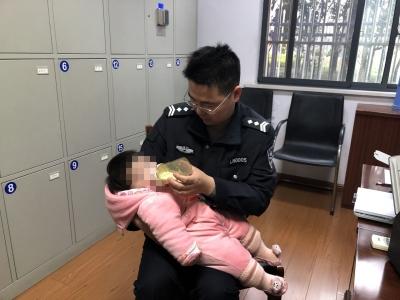 """父母闹离婚婴儿被丢派出所  年轻民警充当""""临时父母"""""""