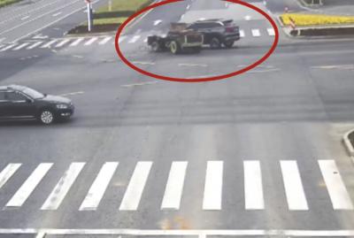 七旬老人驾驶拖拉机闯红灯 被自己的拖拉机碾压险些送命