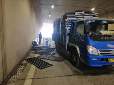 """货物撒满涵路路面堵了路 特殊""""搬运工""""为民解难"""