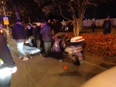 昨晚一男子疯狂驾驶撞人逃逸 投案称:因家庭琐事酒后失态