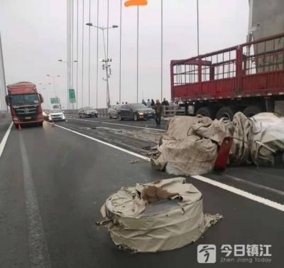 貨車與轎車追尾 堵了潤揚大橋
