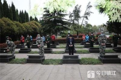 扬中长江拥军志愿者祭奠革命英烈