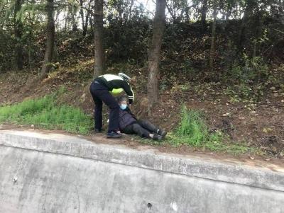 走失老人跌落高速护栏情况危急,只见他纵身一跃及时救助
