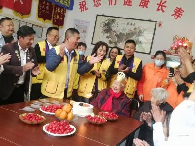 """包饺子 过生日  理发 ……  """"狮兄狮姐""""等志愿者关爱老年公寓老人"""