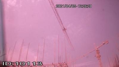 丹陽某工地一男子因為勞資糾紛爬上40米高塔吊欲輕生……