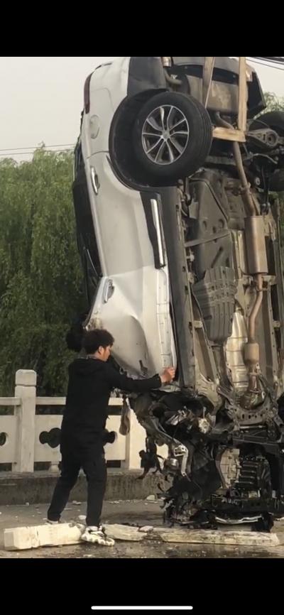 突发悲剧!男子开车撞断桥栏坠河不幸身亡