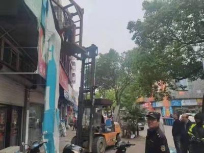 消除安全隐患 镇江新区城管部门依法拆除破损广告牌