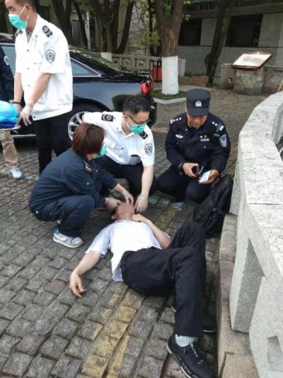 """停车场当床""""躺"""" 民警发现守候身旁"""
