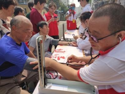 志愿者进社区宣传遗体(器官)捐献