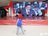 市民通过商圈大屏收看党代会直播