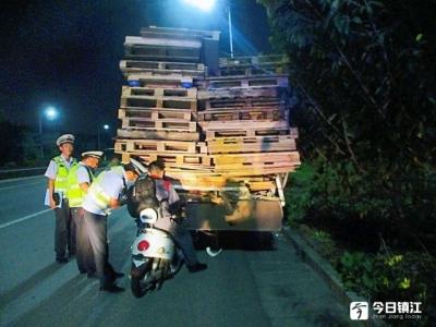 男子骑行不戴头盔  正面直接撞上货车尾部