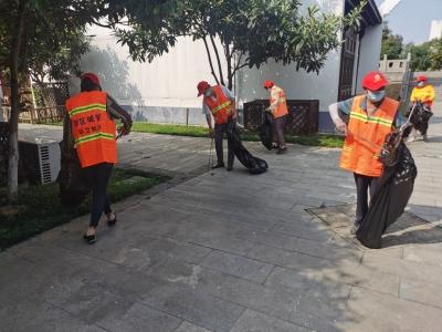 镇江新区环卫志愿者打扫景点迎国庆