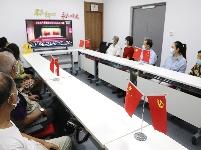 社区组织党员集中收看党代会