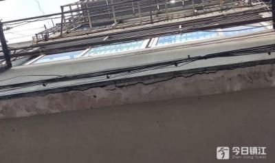 楼上阳台开裂,楼下邻居心慌慌 社区:联系原房主子女沟通协调