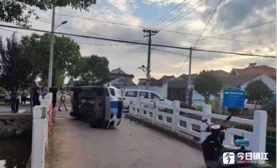 惊险!两车相撞,一车侧翻倒地撞坏桥墩