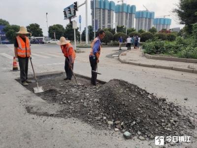 """这条路""""坑""""了市民两年后续:铺装排水管,雩龙路大坑问题解决"""