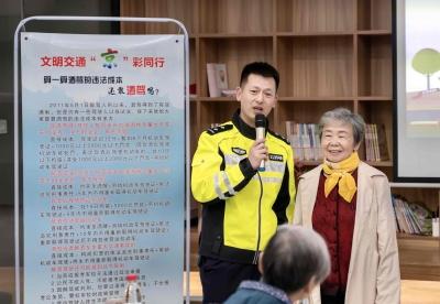 京口大队开展文明交通巡回宣讲进社区活动
