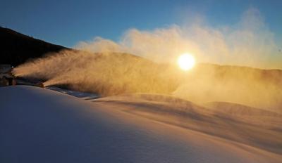 冬奥赛场造雪忙