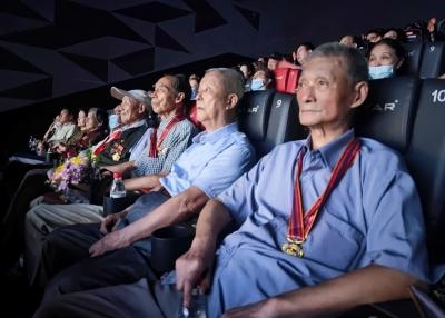 抗美援朝老兵观看电影《长津湖》