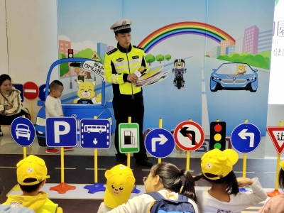 一盔一带伴左右 守护童行安全路